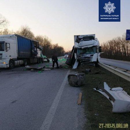 На трасі Київ — Чоп зіштовхнулись дві вантажівки