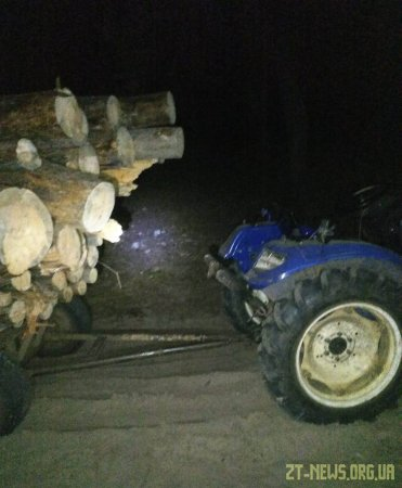 Прикордонники Житомирського загону затримали трактор, що перевозив деревину сумнівного походження