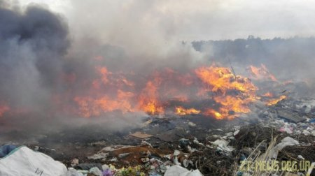 У Житомирі другий день рятувальники ліквідовують пожежу на сміттєзвалищі