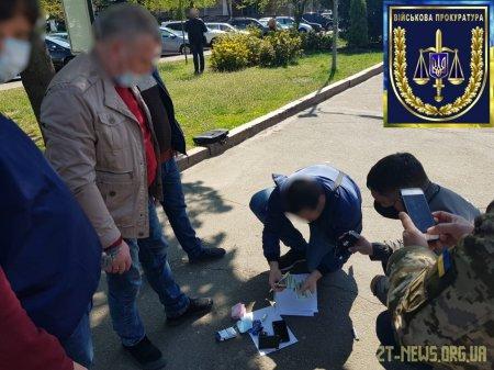 У Житомирі майор ВСП за 600 доларів пообіцяв звільнити від кримінальної відповідальності військового