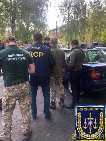 На Житомирщині військова прокуратура затримала командира військової частини під час отримання хабара