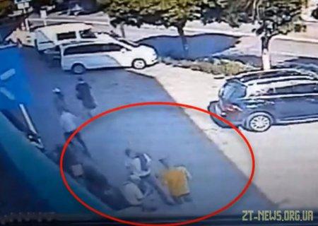 У Житомирі двоє молодиків обікрали пенсіонера, якому раптово на вулиці стало зле