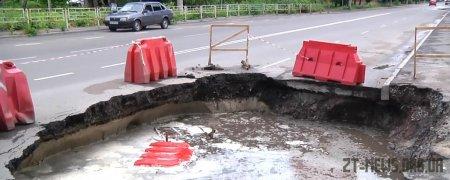 На вулиці Параджанова, де минулоріч уклали новий асфальт, утворилося провалля
