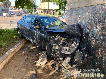 На Великій Бердичівській автомобіль врізався в стіну будинку