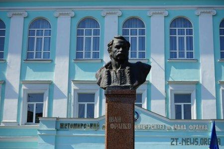 У День Конституції у Житомирі традиційно поклали квіти  до пам'ятників Шевченку, Франку та Ольжичу