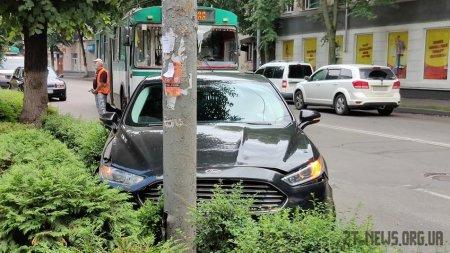 У центрі Житомира Ford врізався в тролейбус і загубив колесо