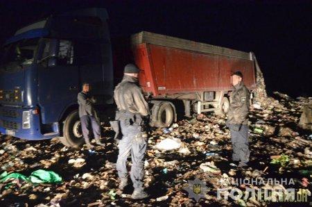 У Коростені поліцейські затримали вантажівки з львівським сміттям