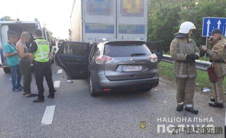 """На трасі Київ - Чоп """"Nissan"""" влетів у припарковану на узбіччі вантажівку"""