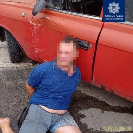У Житомирі п'яний чоловік з сокирою кидався на людей