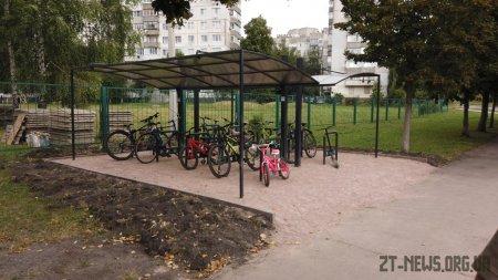 Чотири школи Житомира відтепер мають сучасні велосипедні парковки