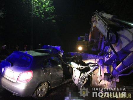У Житомирі автомобіль влетів в екскаватор: одна людина загинула