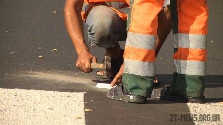 У Житомирі на дорогах встановлюють катафоти, аби водіям краще було видно розмітку