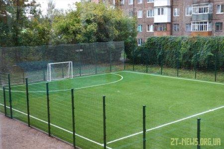 Футбольний майданчик зі штучним покриттям відкрили у житомирській школі №20