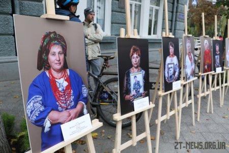 Біля стін міської ради показали світлини матерів, які втратили своїх синів на війні