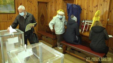 У Житомирі виборцям довелося голосувати в саморобних кабінках