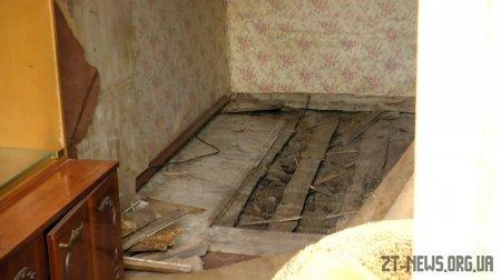 У житомирській триповерхівці тріскаються стіни і просідає підлога