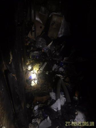 У Житомирі рятувальники винесли з палаючої оселі жінку