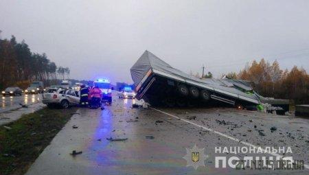Поблизу Житомира легковик на зустрічці зіткнувся з вантажівкою: загинуло 3 людей