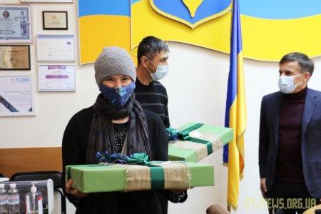 У Житомирі багатодітній родині подарували ноутбуки для навчання