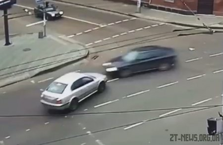 У центрі Житомира зіткнулися дві автівки: момент аварії зазняли камери відеоспостереження