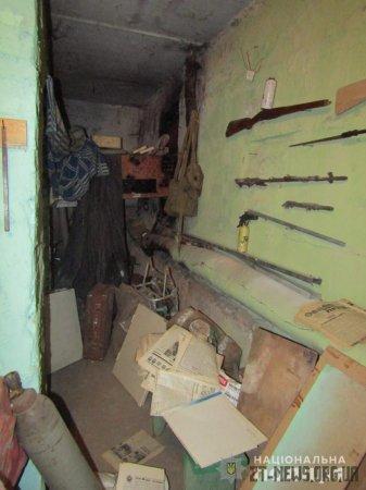 """На Житомирщині чоловік облаштував у підвалі багатоповерхівки """"музей"""" боєприпасів"""