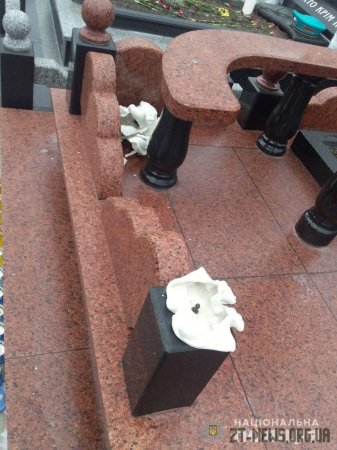 Вандал пошкодив могилу на військовому кладовищі в Житомирі