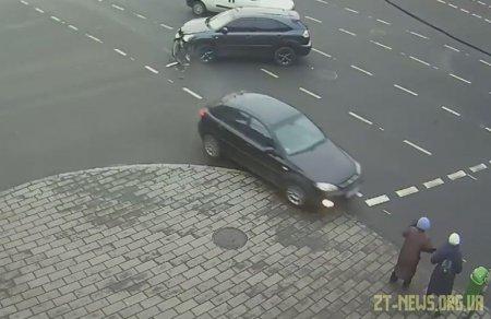 У Житомирі авто вилетіло на тротуар і мало не збило жінок