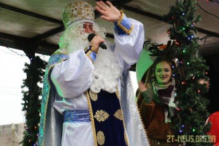 Вулицями Житомира їздив Святий Миколай на урочисто прикрашеному автомобілі