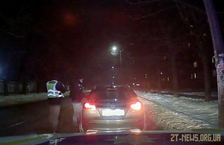 У Житомирі водій Opel наїхав на ногу патрульному і спробував втекти