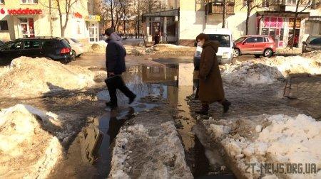 У Житомирі під снігом шукають і чистять зливові решітки