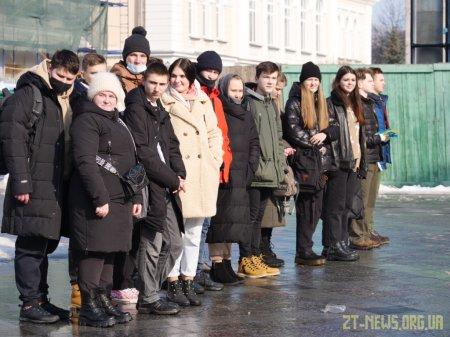 """Школярі разом з пластунами відзначили у Житомирі """"День Звитяги"""""""