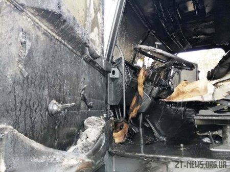 На трасі в Житомирській області під час руху загорілась вантажівка, яка перевозила ліс