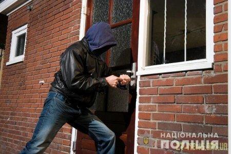 """У Брусилові поліцейські """"на гарячому"""" затримали ймовірного крадія у чужій оселі"""
