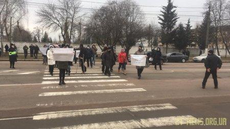 Мешканці багатоповерхівок на вулиці Героїв Десантників знову вийшли на протест