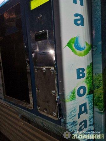 У Житомирі поліцейські охорони завадили чоловікам пограбувати автомат питної води