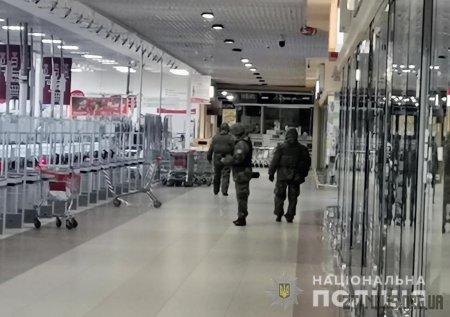 """У Житомирі поблизу ТРЦ """"Глобал"""" знешкодили підозрілу валізу"""