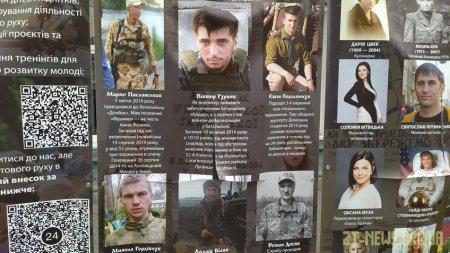 На Михайлівській двоє хлопців порізали плакати вуличної виставки пластунів