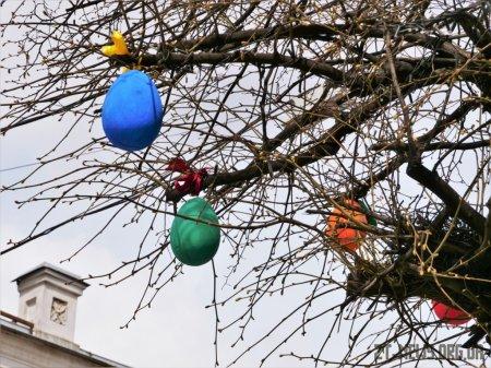 Вулицю Михайлівську прикрашають до Великодня