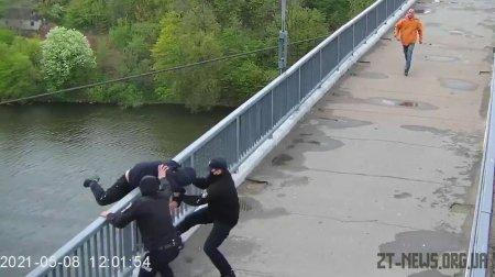 У Житомирі поліцейські зупинили чоловіка, який намагався стрибнути з мосту