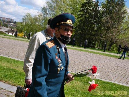 У День перемоги житомиряни поклали квіти до пам'ятного знаку Перемоги та Монументу Слави