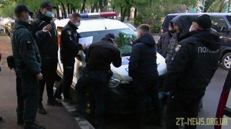 """У Житомирі затримали чоловіка, який хотів зробити понад 100 """"закладок"""" наркотиків у міському парку"""