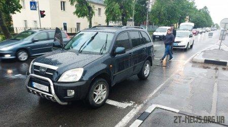 У Житомирі водій поїхав на червоне світло і збив двох людей