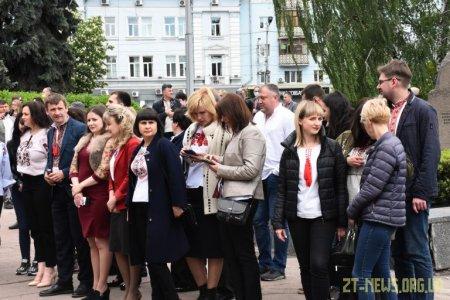 Близько 200 житомирян зібралися, щоб зробити спільне фото у вишиванках