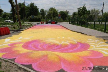 У Житомирі учні ліцею розмалювали частину дороги до школи