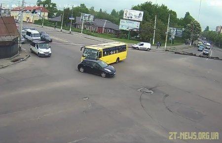 У Житомирі камери відеоспостереження зняли момент зіткнення маршрутки з легковиком