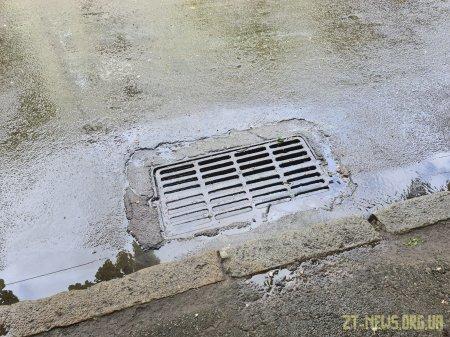 Житомиряни долали затоплені після дощу вулиці на надувних матрасах та навіть водних скутерах