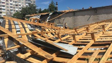 У Житомирі внаслідок буревію впав дах з гаражів на автостоянку