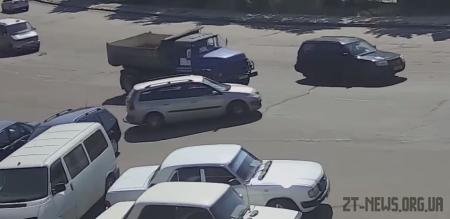 У Житомирі автомобіль без водія в'їхав у вантажівку