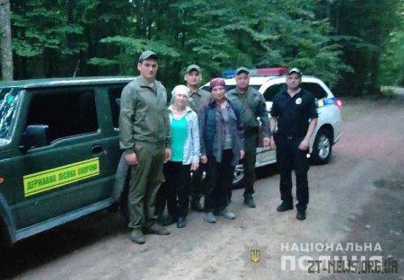 На Житомирщині поліцейські та лісівники розшукали жінку, яка заблукала у лісі