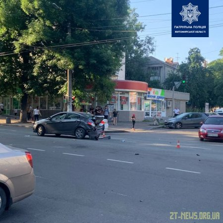 На перехресті вулиць Довженка та Великої Бердичівської зіткнулися два легковики